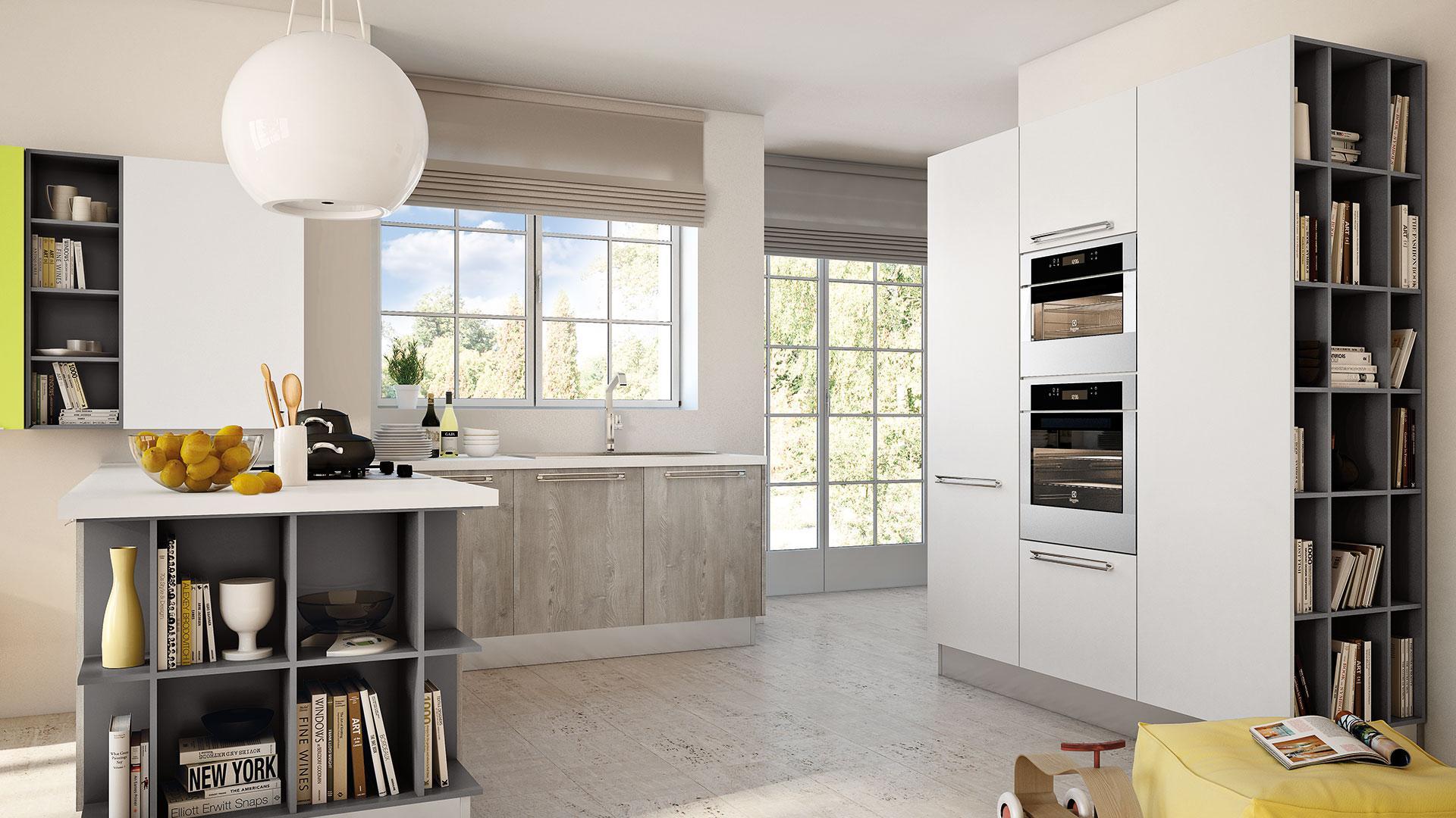 Cucine Lube Modell Swing. Helle Küche mit weißen Hochschränken und Bücherregalen.
