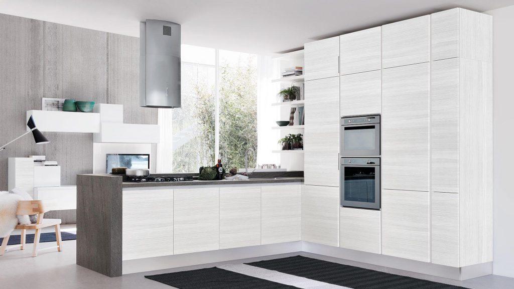 Italieinische Designküche Cucine Lube Modell Essenza. Weiße Küche mit grauer Arbeitsplatte und Hochschränken mit Backofen.