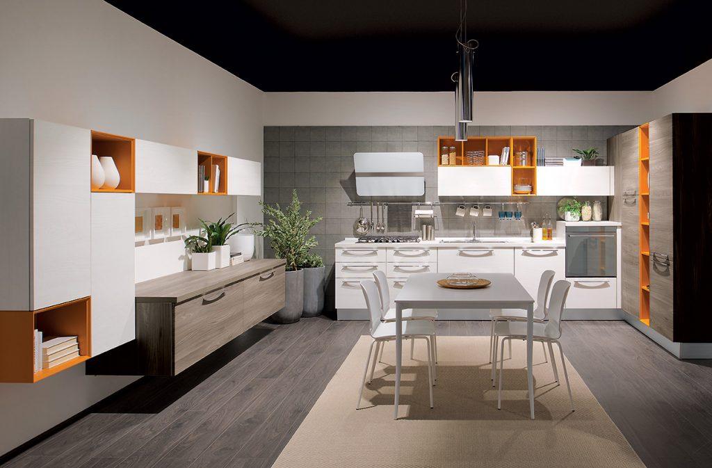 Cucine Lube Modell Noemi. Weiße Küche mit Griffen. Offene Elemente in orange. Wohnzimmerelemente.