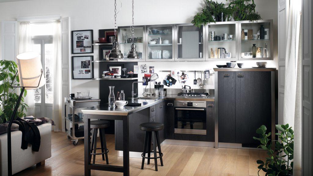 Küche von Scavolini mit grauen Fronten und einer Arbeitsplatte aus Stahl