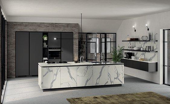 Küche von Scavolini LiberaMente mit grauen Hochschränken sowie Insel aus weißem Laminat in Marmormuster.