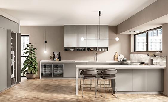 Scavolini Küche Boxi mit Halbinsel, Oberschränken in einer Metalloptiklackierung Stained Aluminium, passend zu den in Titanium Grau matt lackierten Unterschränken.