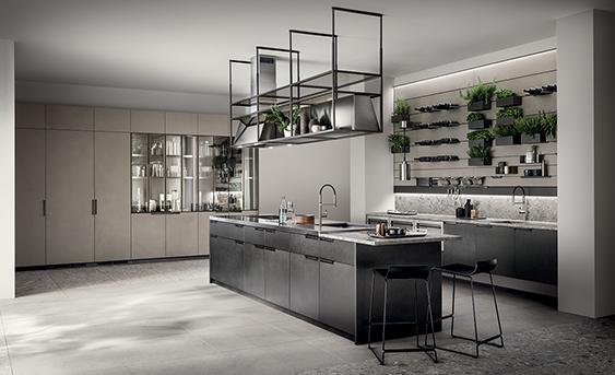 Scavolini Küche Mia im Induatrial Look mit Edelstahlarbeitsplatte und hellen Hochschränken