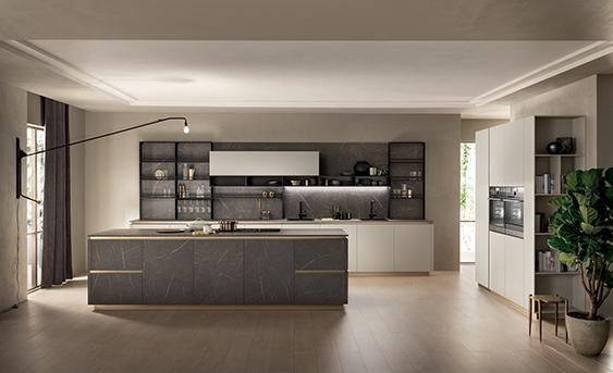 Scavolini Küche Modell DeLinea mit hellen Fronten, Insel in Marmoroptik und Rückwandregale.
